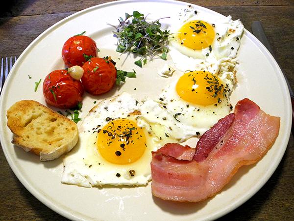 bacon_eggs_tomato_micro_kale