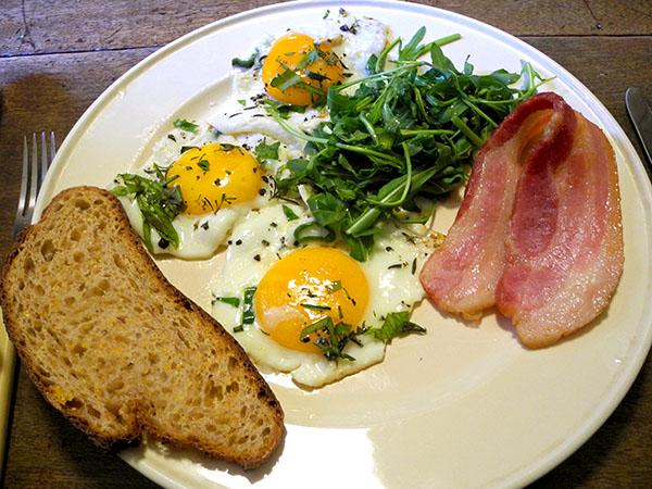bacon_and_eggs_arugula